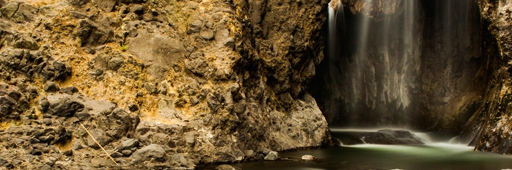 Journée rencontres et cascade à Natron