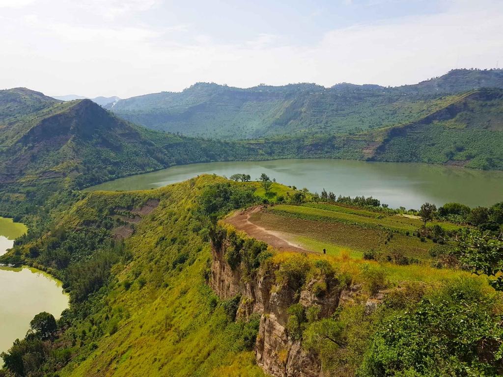 Marche le long des lacs de volcans