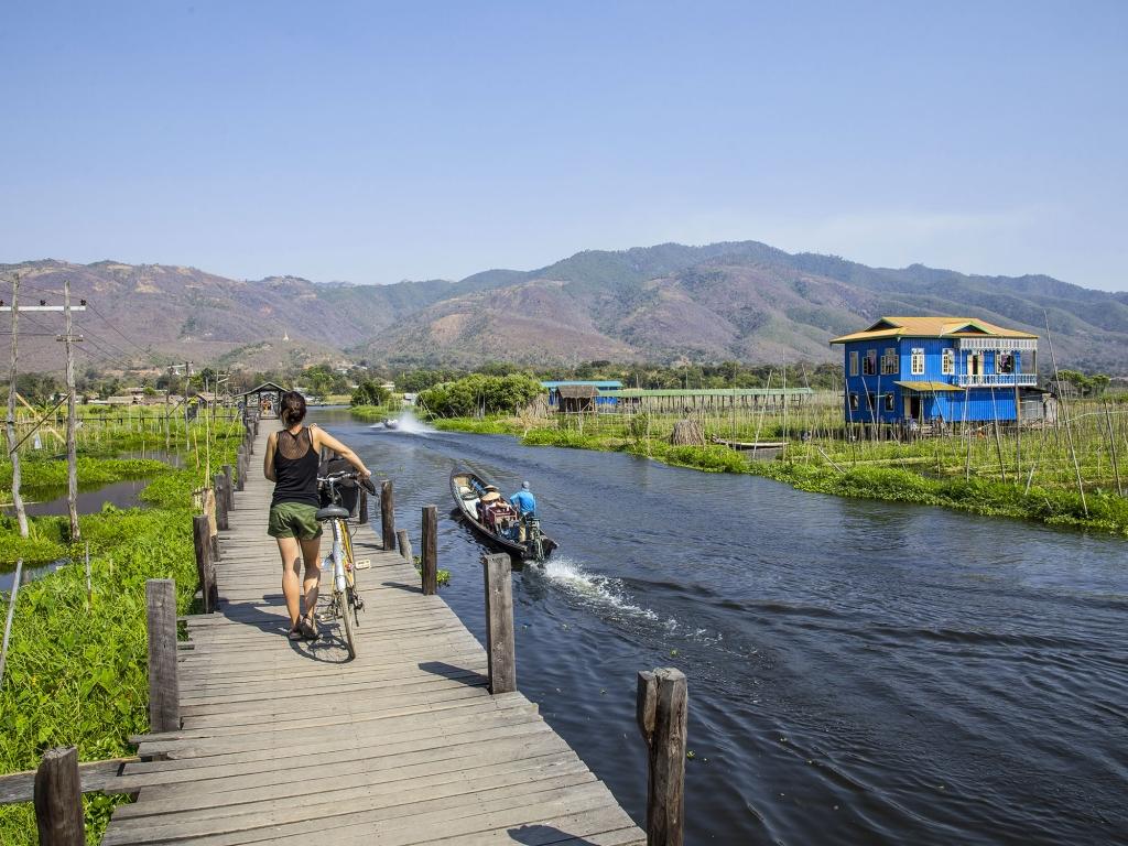 A vélo le long du lac