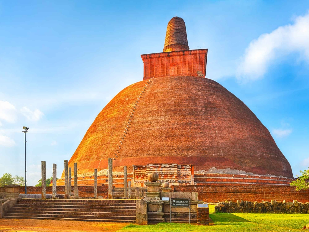 Spectaculaires stupas à Anuradhapura