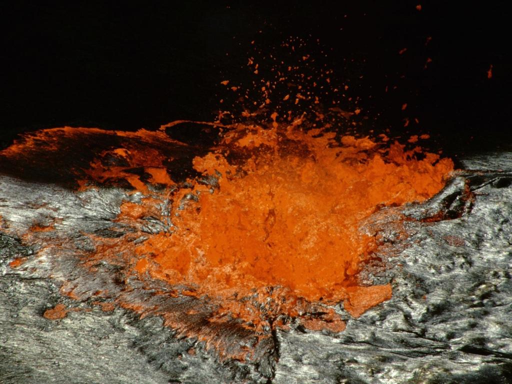 Observation de l'intense activité du volcan.