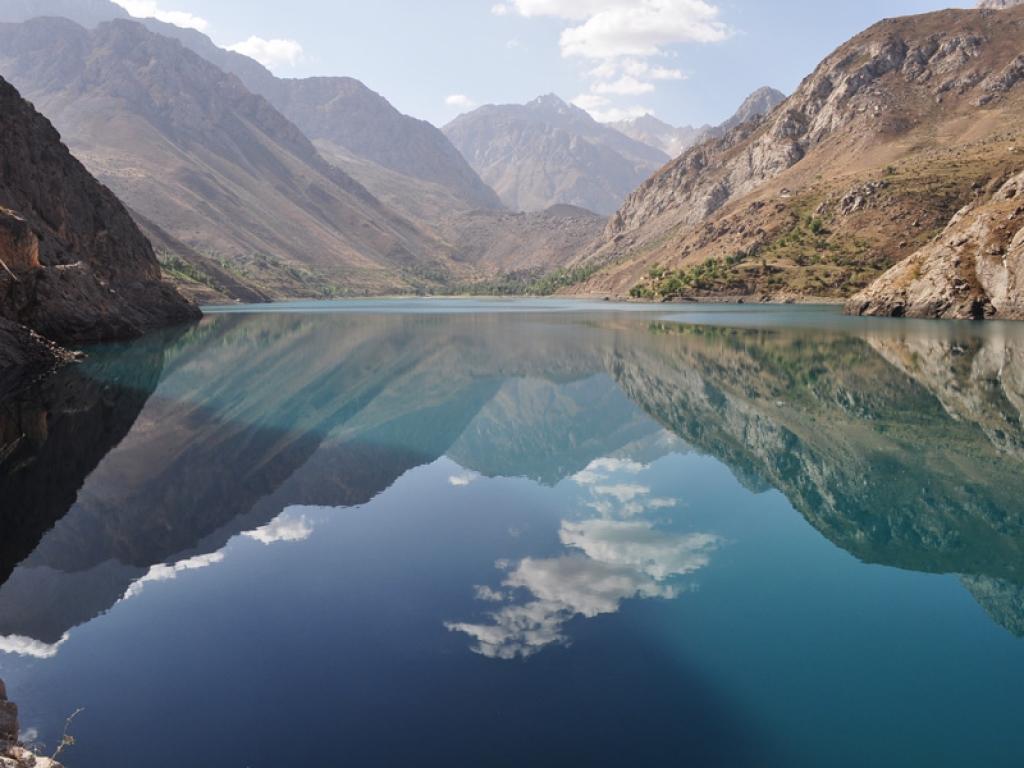 Un magnifique paysage avec des montagnes géantes