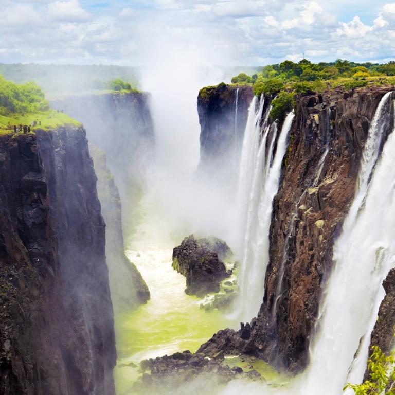 Contrastes de la capitale namibienne et envol pour les Chutes Victoria (259 km)