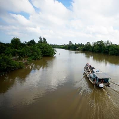 Sampan sur la rivière noire