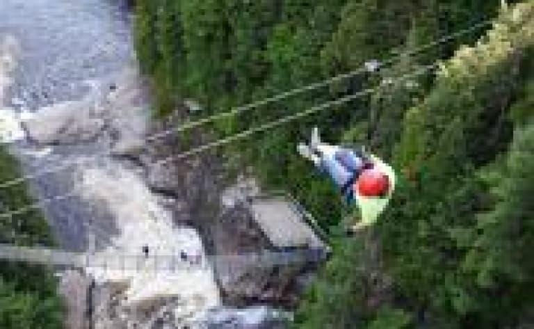 Descente des flans du volcan Mombacho en canopy