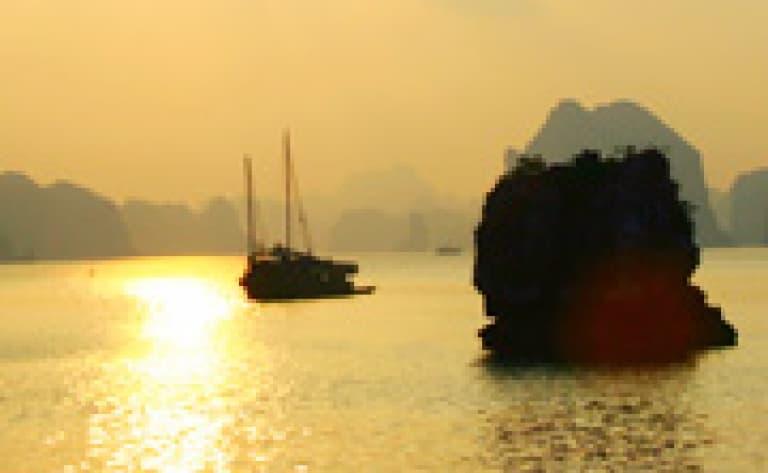 Pirogue à balancier au coucher du soleil (Nouvelle Calédonie)