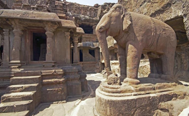 Exploration des grottes d'Ajanta