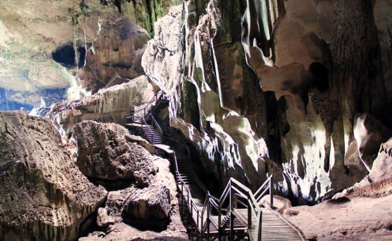 Exploration des grottes de Niah