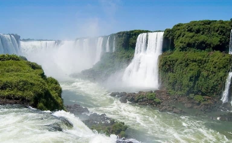 Show unique dans les Chutes d'Iguazu en Argentine