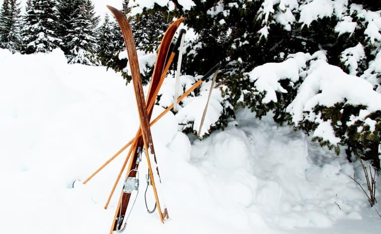 Départ en ski de randonnée des chasseurs en Altaï