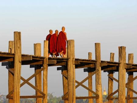Moines et artisans de Mandalay
