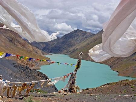 Panorama incroyable sur le lac Yamdrok-Tso