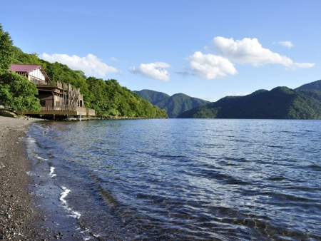 Visit Tôshô-gû shrine and stroll around the banks of Lake Chuzenji-ko