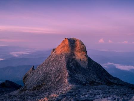 Lever du soleil au sommet du mont Kinabalu