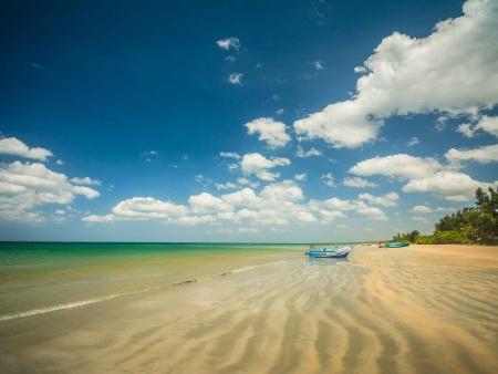 Plage de sable blanc et eau turquoise à Trincomalee