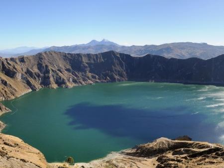 Lac turquoise et volcan splendide