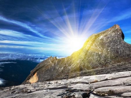 Au Sommet du Kinabalu, à 4095 mètres, au-dessus des nuages ...
