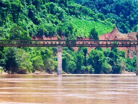 Nong Khiaw, cernée de montagnes