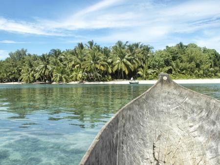 Pirogue traditionnelle sur un lagon