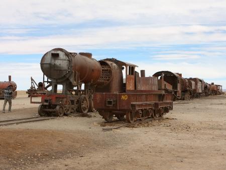 Geysers, lagunes colorées  et  le stupéfiant cimetière des trains