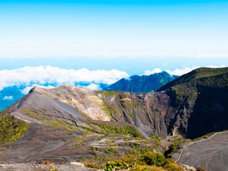 Une vallée verdoyante au milieu des volcans